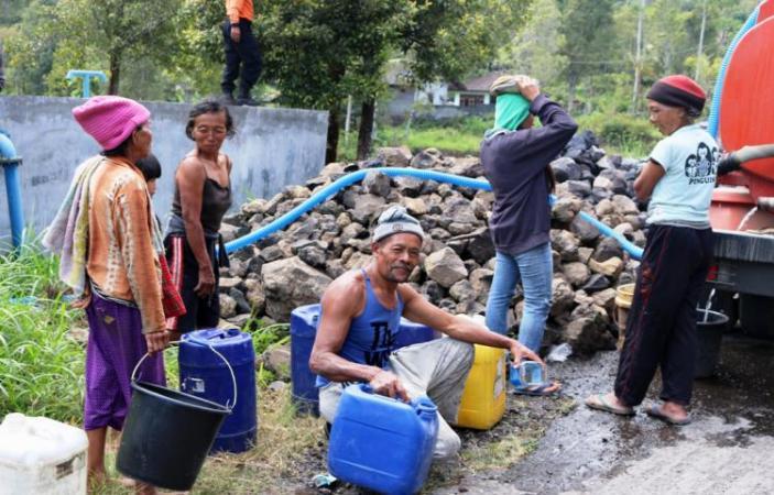 Penyaluran air bersih kepada desa di musim kemarau (dok. karangasemkab.go.id)