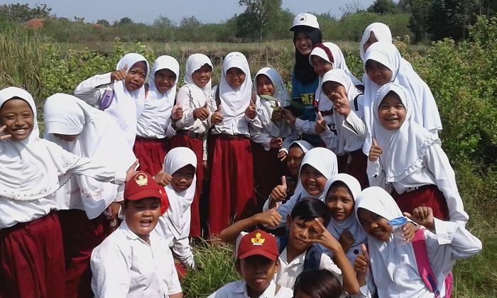 Siswa-siswi SDN01 Pandansari, Brebes bersiap melakukan penanaman pohon (dok. villagerspost.com/Bangkit Syailendra)