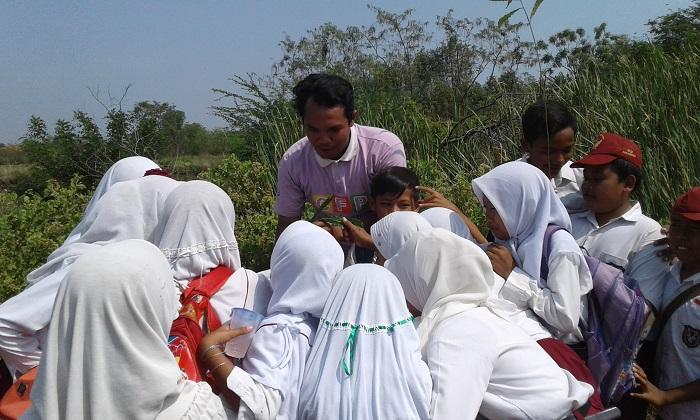 Praktik menanam pohon di halaman sekolah (dok. villagerspost.com/bangkit syailendra)