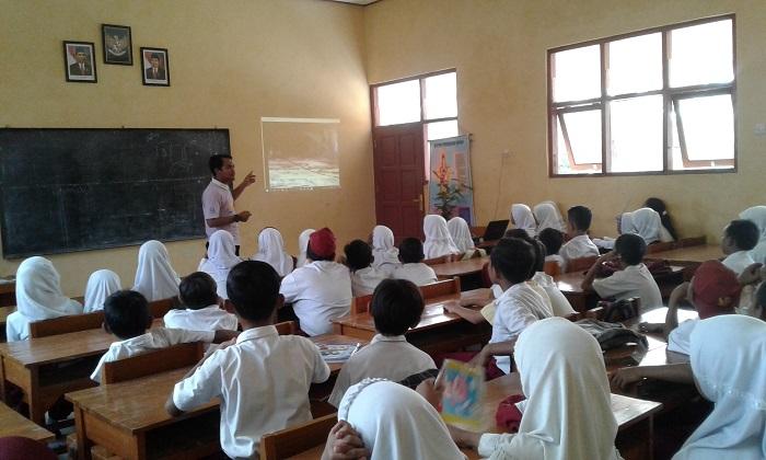 Belajar teori lingkungan di dalam kelas (dok. villagerspost.com/bangkit syailendra)