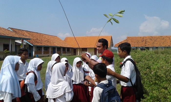 Belajar teori mengenal tanaman di lapangan (dok. villagerspost.com/bangkit syailendra)