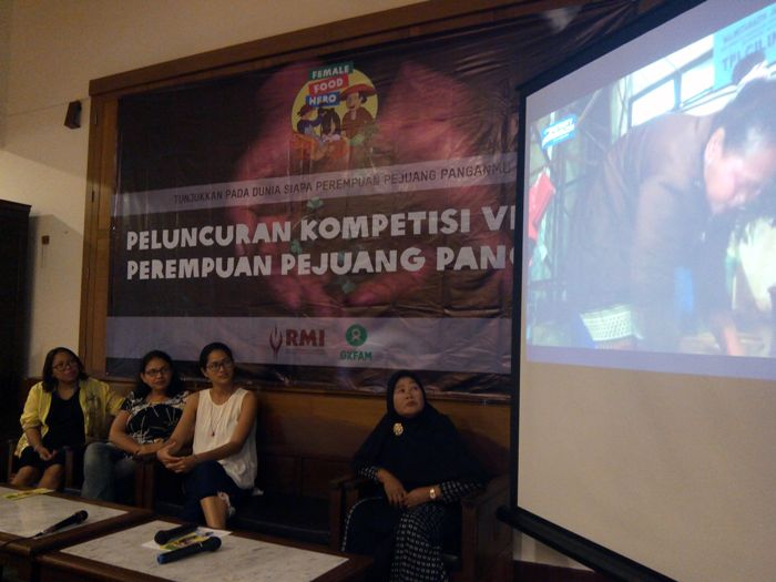 Para narasumber berdiskusi terkait isu perempuan dan pangan, dalam acara pencarian Perempuan Pejuang Pangan 2016, di Jakarta, Kamis (18/8)