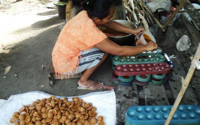 Proses pembuatan gula kelapa secara tradisional (dok. kebumenkab.go.id)