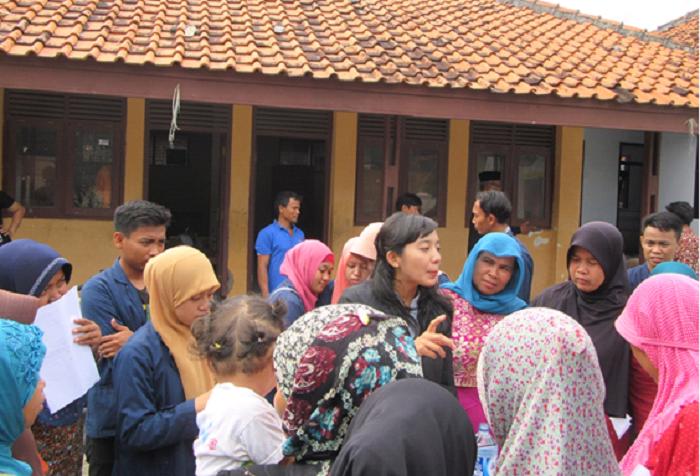 Ibu-ibu PKK serius memperhatikan praktik teknik Budidaya Sayuran Hidroponik yang dipaparkan oleh Henly Yuliana S.P,M.P dan dibantu oleh mahasisiwa Universitas Wiralodra yang sedang melakukan KKN (kuliah kerja nyata) di Desa Kalensari, Kecamatan Widasari, Indramayu Jawa barat (Tim redaksi Desa Kalensari/Sokani)