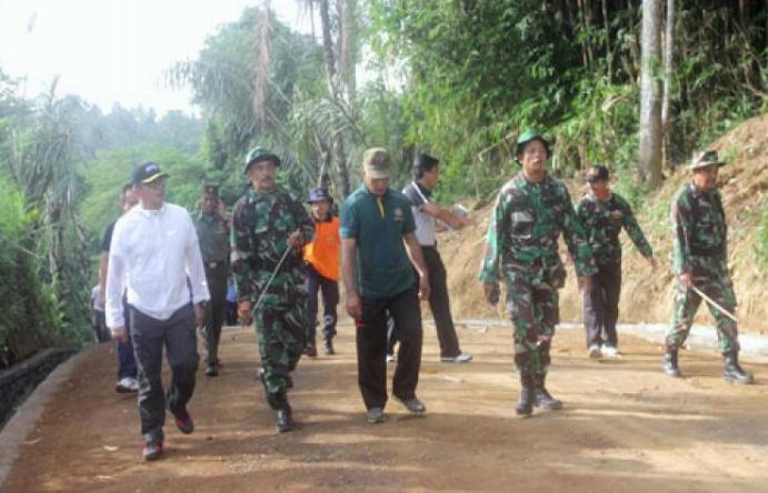 Pembangunan jalan untuk mendongkrak perekonomian desa (dok. gianyarkab.go.id)
