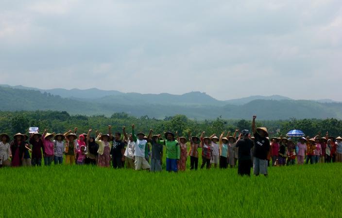Masyarakat Kendeng, Pati, Jawa Tengah, menolak pabrik semen dan eksploitasi karst Kendeng. (dok. omahkendeng.org)