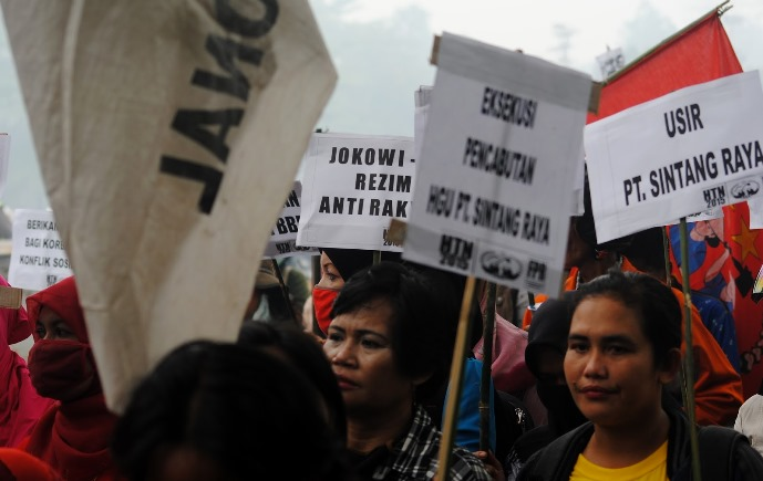 Warga Desa Olak-Olak menentang keberadaan perusahaan sawit PT Sintang Raya, yang dinilai menyeroot lahan mereka (dok. agra kalbar)