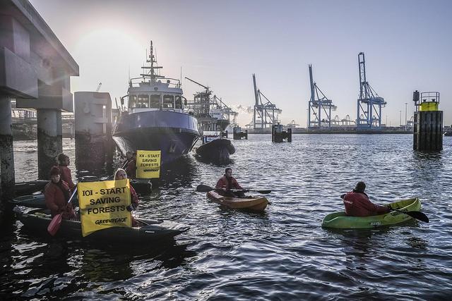 Aktivis Greenpeace memblokade pelabuhan bongkar muat minyak sawit milik IOI di Rotterdam, Belanda (dok. greenpeace)