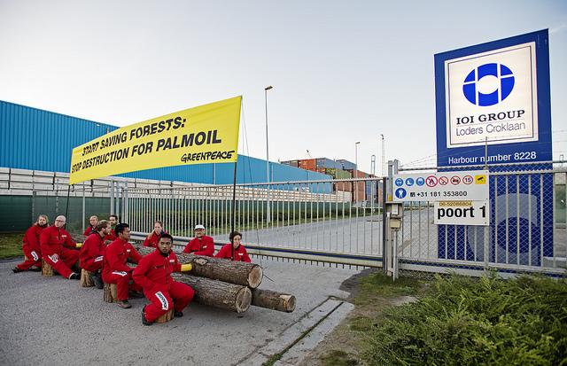 Dua WNI korban bencana asap akibat kebakaran hutan ikut melakukan aksi blokade di pintu gerbang pabrik IOI di Rotterdam, Balanda (dok. greenpeace)