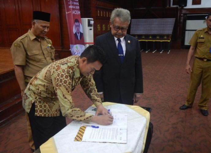 Sekjen KIARA ABdul Halim bersama Gubernur Aceh dan KuALA menandatangai kesepakatan pelaksanaan UU Perlindungan Nelayan (dok. kiara)