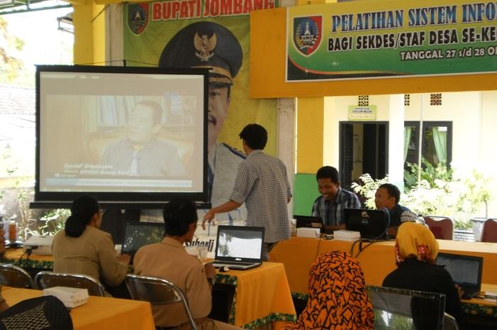 Pelatihan pembuatan sistem informasi desa bagi perangkat desa (dok. jombangkab.go.id)