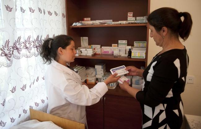 Petugas kesehatan memberikan obat kepada pasien di Azebaijan (dok. oxfamamerica.org)