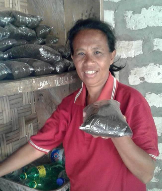 Anggota perempuan tani Watukawula memperlihatkan pupuk organik yang sudah dikemas (dok. villagerspost.com/rahmat adinata)