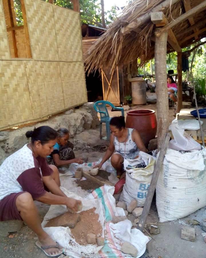 Para petani perempuan Sumba Timur siap mengolah keong mas yang baru ditangkap untuk dijadikan pakan ikan (dok. villagerspost.com/rahmat adinata)