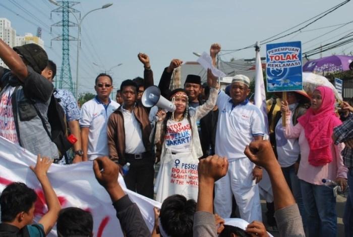Aksi berbagai elemen masyarakat yang dimotori kaum perempuan menolak reklamasi Teluk Jakarta (dok.solidaritasperempuan.org)