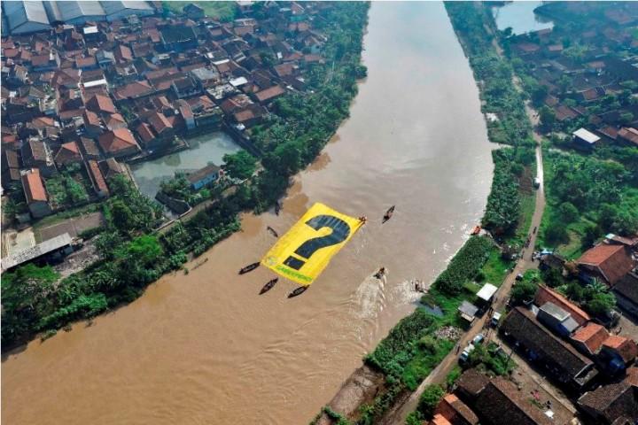 Aksi aktivis Greenpeace menentang pencemaran sungai Citarum (dok. greenpeace)