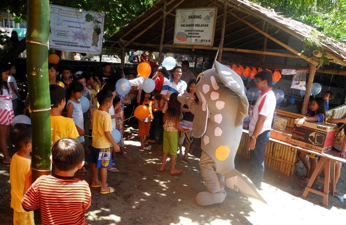 Maskot program PAAP menghibur sekaligus mengedukasi anak-anak (dok. villagerspost.com/ eko handoyo)