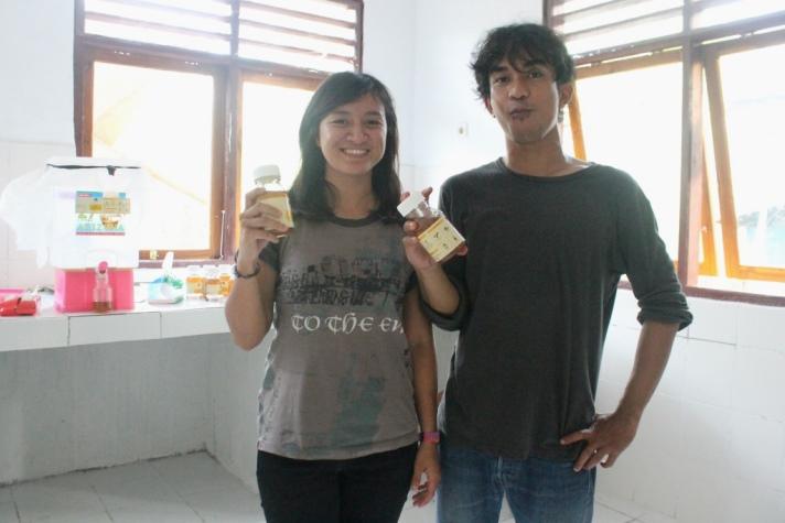 Muhammad Juananda Kopayona bersama produk madu hutan produksi Mako (dok. juananda kopayona)