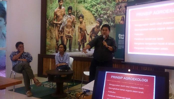 Pe,aparan materi agroekologi oleh praktisi agroekologi Azwar Hadi Nasution dalam acara seminar agroekologi di IPB Bogor (dok. KRKP)