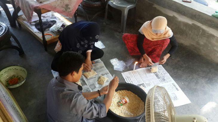 Para pekerja di UB Tempe Lokal Lombok mengolah kedelai menjadi tempe (dok. ahmad tarmizi)