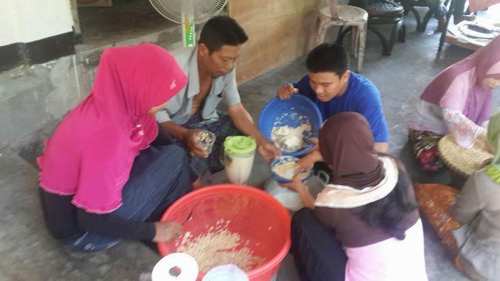 Mengolah kedelai lokal menjadi susu kedelai (dok. ahmad tarmizi)