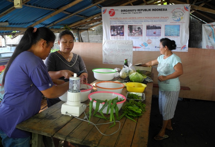 Ibu-ibu anggota kelompok nelayan Cahaya Trans mempersiapkan bahan untuk pelatihan pembuatan bakso ikan (dok. villagerspost.com/eko handoyo)