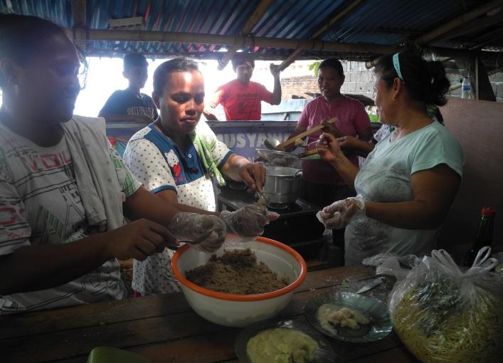 Kaum ibu memulai pelatihan produksi bakso ikan (dok. villagerspost.com/eko handoyo)