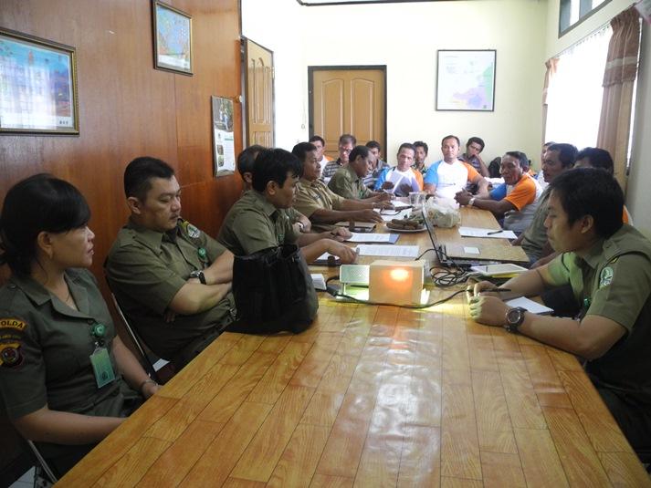 Kelompok nelayan Cahaya Trans dan Cahaya Tatapaan mempresentasikan capaian aktivitas kelompok di ruang rapat kantor Balai Taman Nasional Bunaken (dok. villagerspost.com/eko handoyo)
