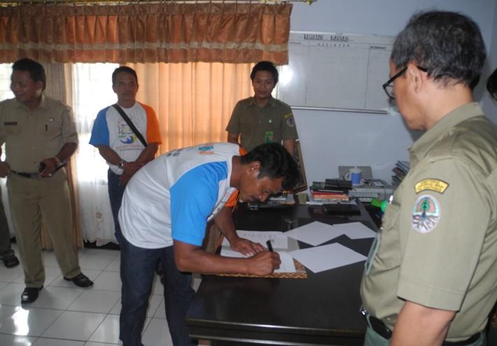Nelayan menandatangani nota kesepahaman dengan pihak Taman Nasional Bunaken (dok. villagerspost.com/eko handoyo)