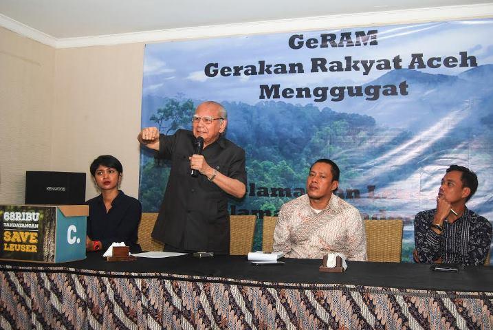 Mantan Menteri Lingkungan Hidup Prof. Dr. Emil Salim, memaparkan sejarah Kawasan Ekosistem Leuser dalam konferensi pers terkait gugatan masyarakat Aceh atas Qanun RTRW Aceh (dok. GeRAM)