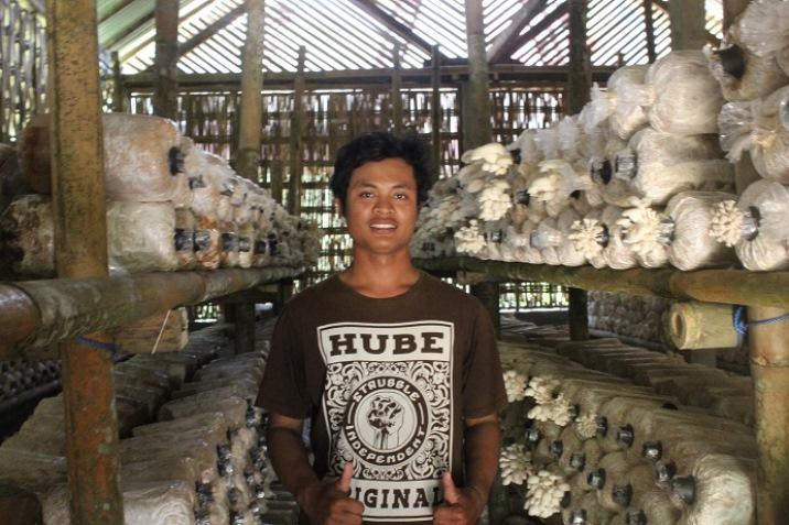 I Gede Artha Sudiasana bersama produk jamur tiram milinya (dok. i gede artha)