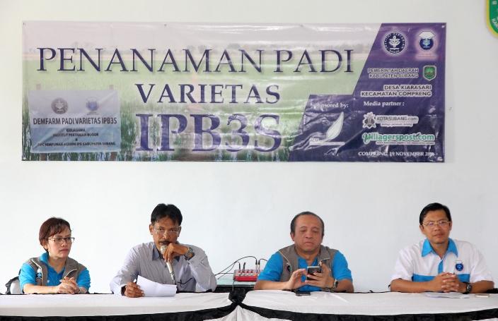 Seminar terkait keunggulan tanaman padi varietas ipbs3 sebelum acara tanam padi oleh alumni IPB di Subang, Jawa Barat (dok. villagerspost.com/deni nurhadiansyah)