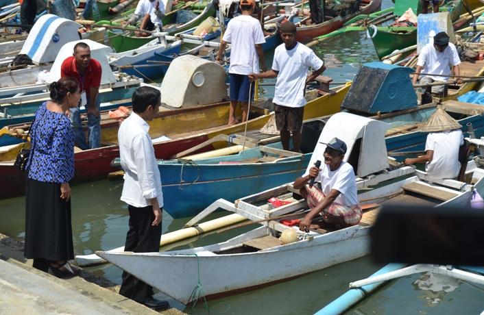 Presiden Joko Widodo dan Menteri Kelautan dan Perikanan Susi Pudjiastuti berdialog dengan nelayan di Makassar, Sulawesi Selatan (dok. sekretariat kabinet)