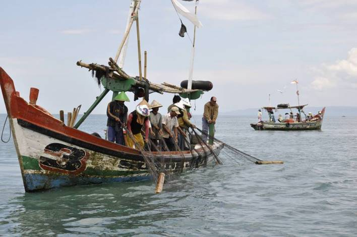 Nelayan tradisional, menangkap ikan (dok. kementerian kelautan dan perikanan)