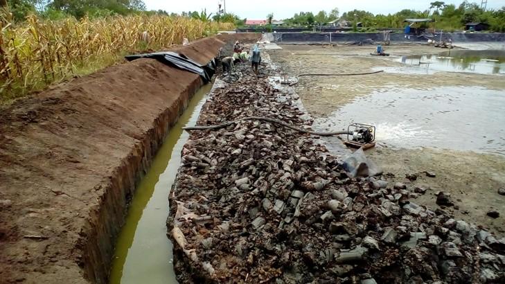 Pembangunan kanal-kanal di sekeliling tambak yang direhabilitasi (dok. p3uw lampung)