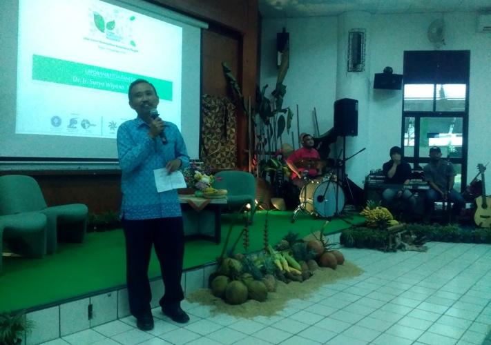 """Kepala Departemen Produksi Tanaman, Fakultas Pertanian IPB Dr. Ir. Suryo Wiyono memberikan sambutan di acara seminar """"Agroekologi Nusantara"""" (dok. villagerspost.com)"""