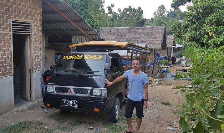 """Yosep Leribun dengan kendaraan pengangkut ternak milik usaha """"Kampung Ternak"""" (dok. yosep leribun)"""
