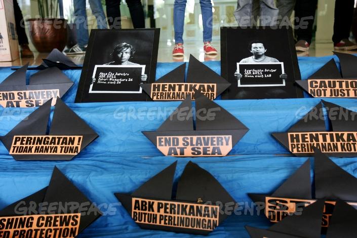 Aksi para aktivis menentang perbudakan anak buah kapal Indonesia di kapal ikan asing (dok. greenpeace)