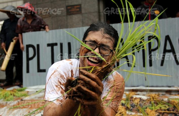 Aksi teatrikal untuk memprotes pembangunan PLTU yang akan merampas lahan subur di Batang (dok. greenpeace)