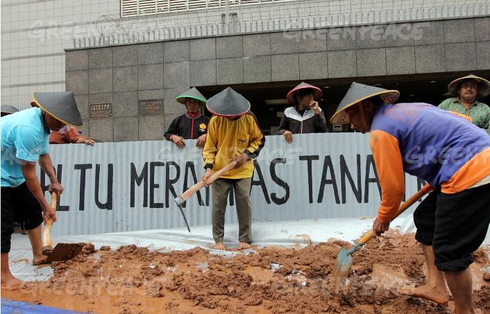 Aksi teatrikal mencangkuli lahan di depan kantor JBIC sebagai protes dilanjutkannya pembangunan PLTU Batang (dok. greenpeace)