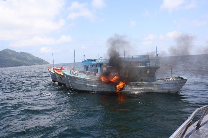 Penenggelaman kapal asing pelaku illegal fishing (dok. kementerian kelautan dan perikanan)