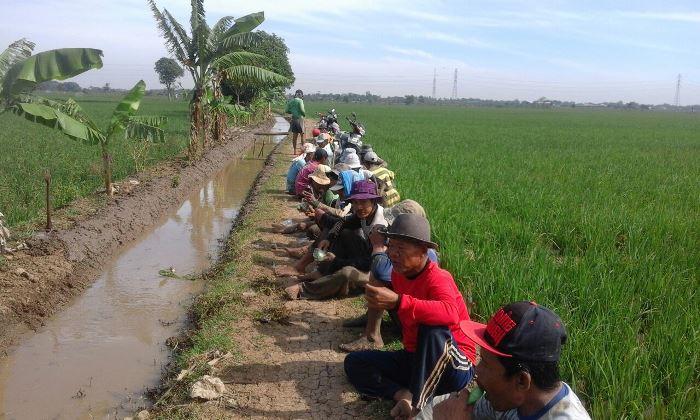 Beristirahat sejenak melepas penat (dok. villagerspost.com/tim jurnalis desa kalensari)