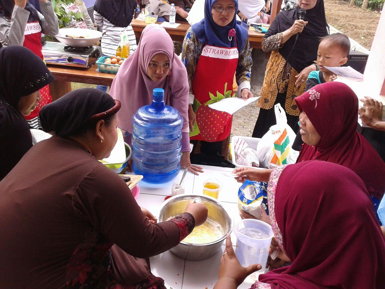 Mengolah bahan mentah untuk dijadikan nugget lele (dok. villagerspost.com/tim jurnalis desa kalensari)