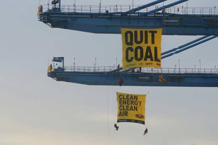 Aksi aktivis Walhi dan Greenpeace menentang pembangunan PLTU Cirebon (dok. walhi)