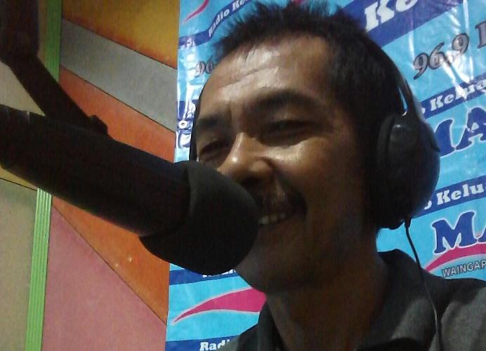 Rahmat Adinata, sang Kabayan organik tengah bersiaran (dok. villagerspost.com)