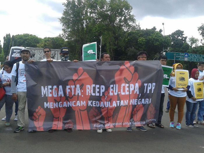 Aksi massa Koalisi Masyarakat Indonesia untuk Keadilan Ekonomi mendesak pemerintah keular dari perundingan RCEP (dok. masyarakat indonesia untuk keadilan ekonomi)