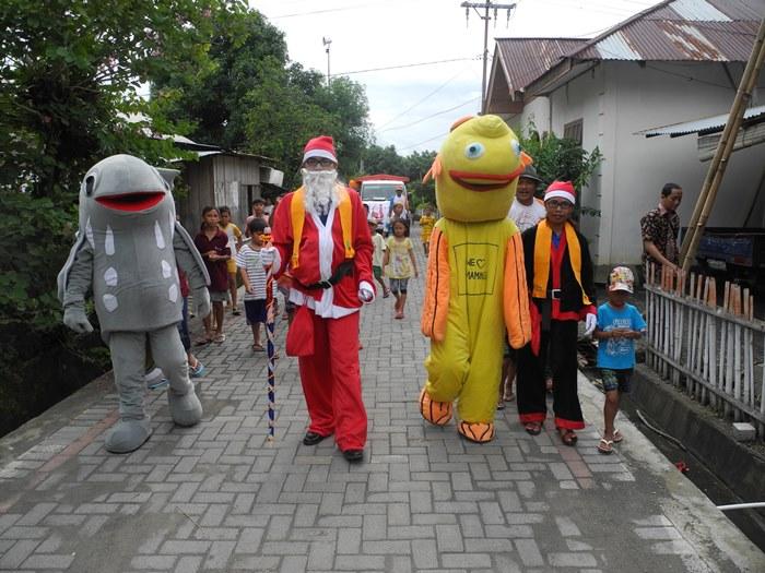 Santaklause PAAP bersama maskot PAAP si Baron bersiap memasuki perkampungan (dok. villagerspost.com/eko handoyo)