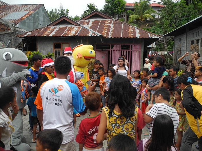 Santaklause PAAP berbagi keceriaan dengan anak-anak (dok. villagerspost.com/eko handoyo)