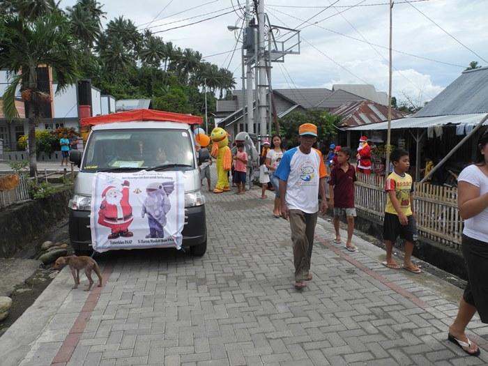 Santa dan Baron siap berbagi informasi terkait pengelolaan akses perikanan dengan nelayan (dok. villagerspost.com/eko handoyo)