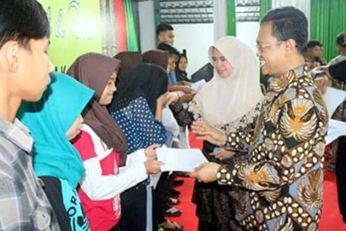Anggota DPR Amir Uskara menyerahkan beasiswa PIP kepada anak-anak petani, nelayan dan kelompok miskin kota (dok. villagerspost.com/jamaluddin daeng abu)